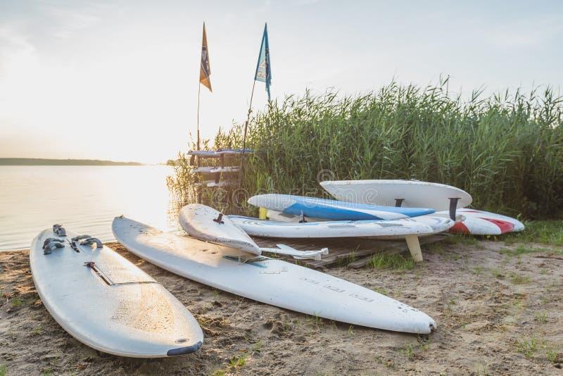 Gammal-skola vindsurfa bräden på kusten royaltyfri bild