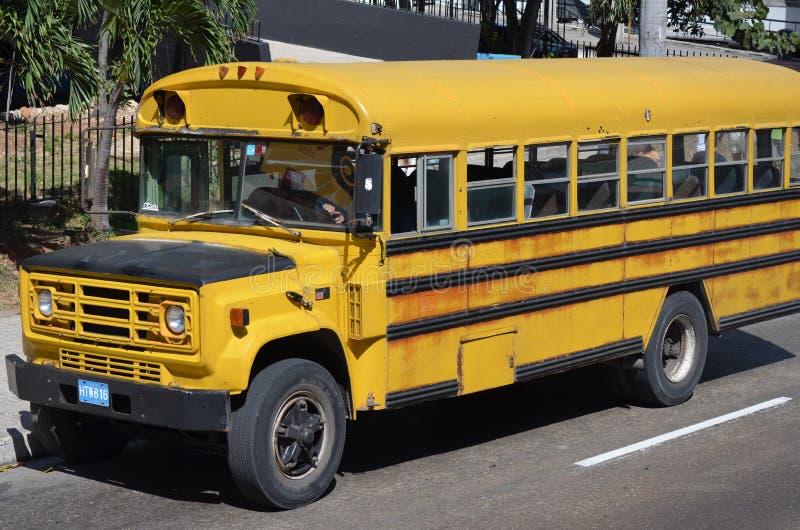 Gammal skolbuss i La Habana arkivbild