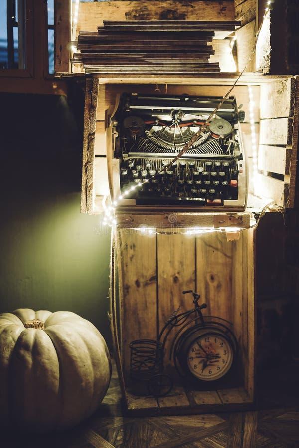 """Gammal skrivmaskin för abstrakt †"""" royaltyfri bild"""
