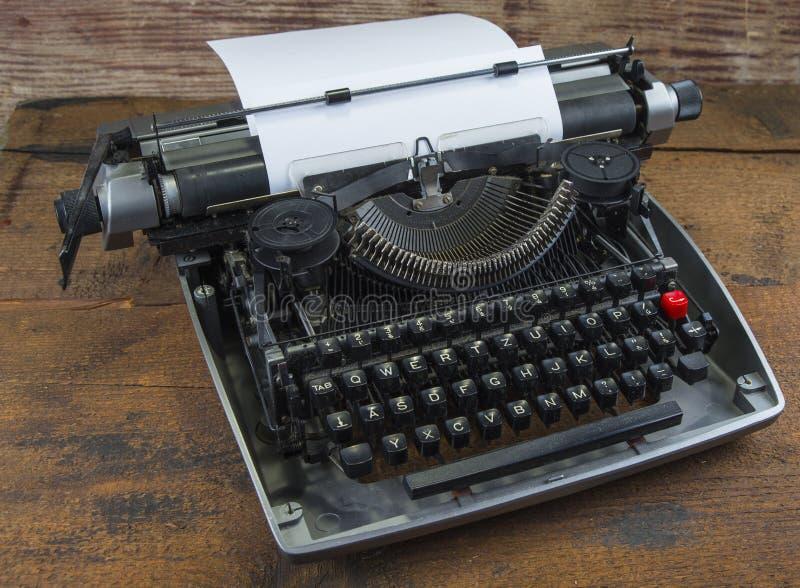 Gammal skrivmaskin från seventies med pappers- och kopieringsutrymme fotografering för bildbyråer