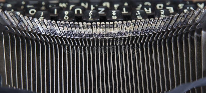 Gammal skrivmaskin från seventies med pappers- och kopieringsutrymme royaltyfri bild