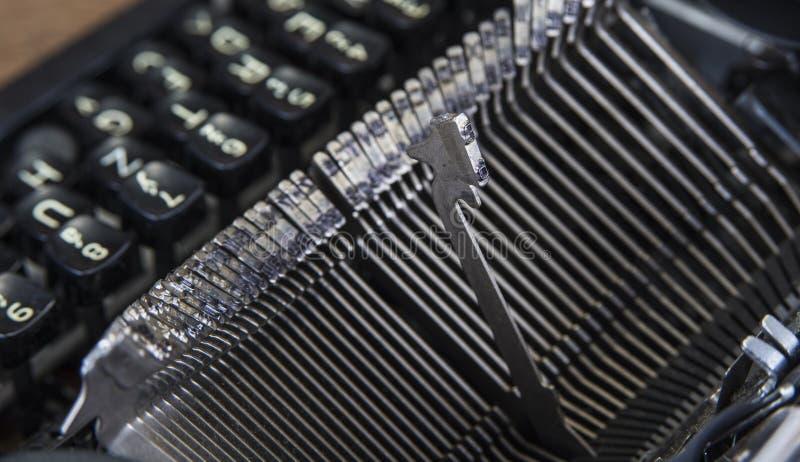 Gammal skrivmaskin från seventies med pappers- och kopieringsutrymme arkivfoton