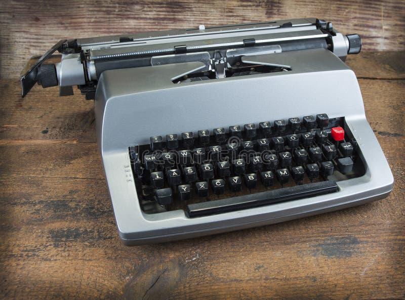 Gammal skrivmaskin från seventies med pappers- och kopieringsutrymme royaltyfria bilder