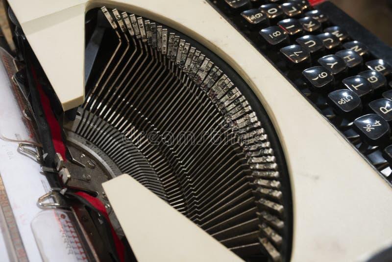 Gammal skrivmaskin med det QWERTY tangentbordet som ?r till salu i marknaden av San Telmo, Buenos Aires, Argentina arkivfoton