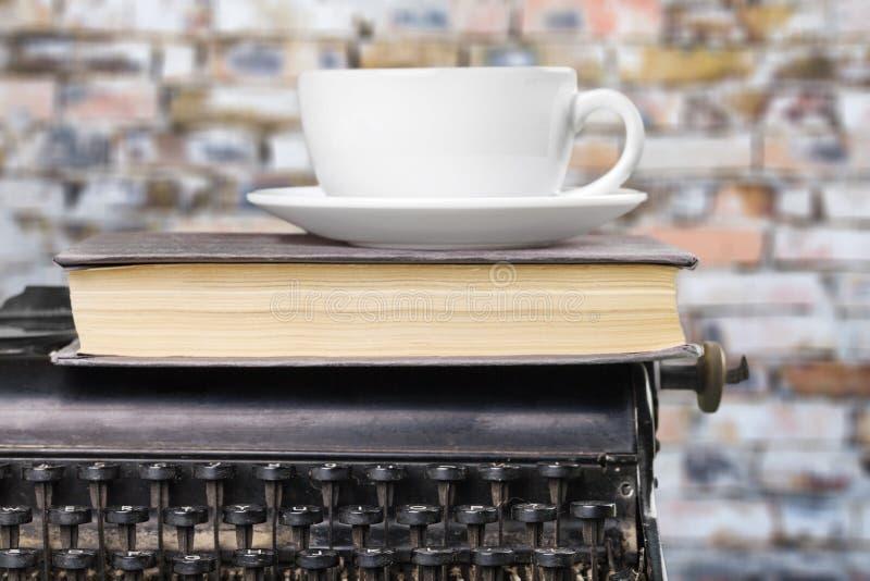 Gammal skrivmaskin och coffekopp royaltyfri fotografi