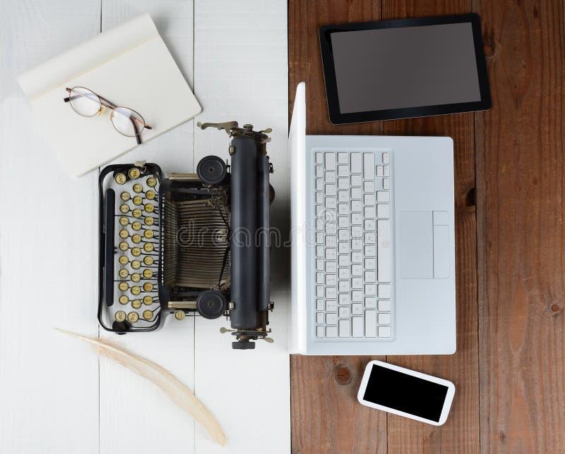 Gammal skrivmaskin och dator royaltyfria bilder