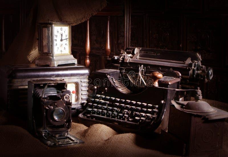 Gammal skrivmaskin, retro kamera och radiomottagare royaltyfria foton