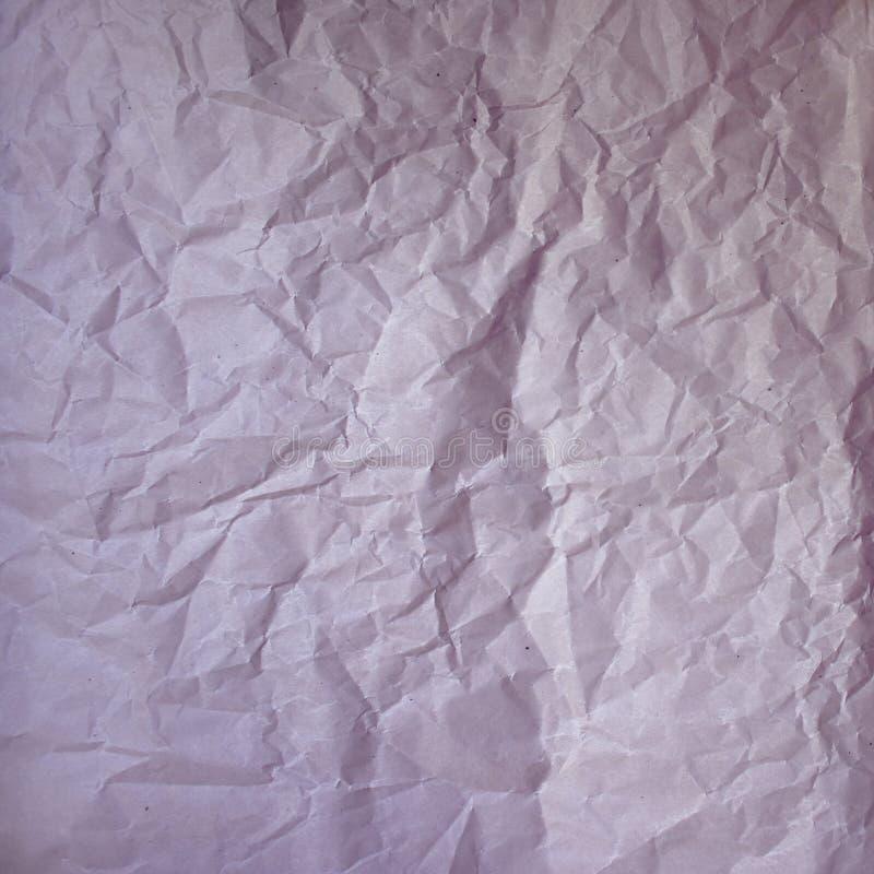 Gammal skrynklig pappers- tappningtextur Busen rynkade det rosa purpurfärgade färgskuggaarket Texturerad grungebakgrund med kopia royaltyfri bild