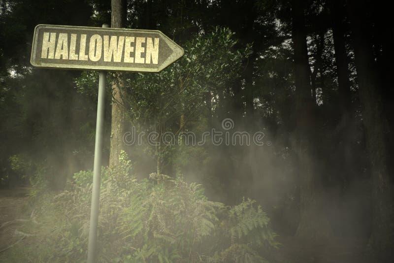Gammal skylt med text halloween nära den illavarslande skogen royaltyfria foton