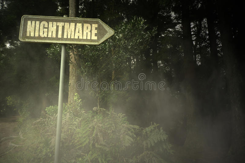 Gammal skylt med textmardröm nära den illavarslande skogen royaltyfri foto
