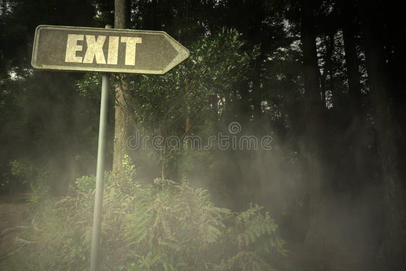 Gammal skylt med textutgången nära den illavarslande skogen royaltyfria foton