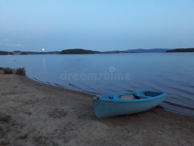 Gammal sliten pläterad blå fiskebåt royaltyfri foto