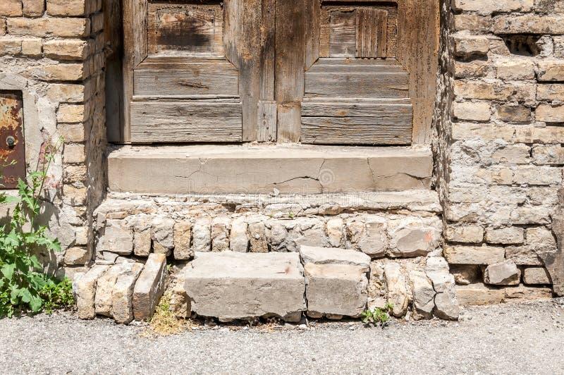 Gammal slott eller trappuppgång eller trappa för fästning skadad med brutna moment för konkreta kvarter arkivfoto