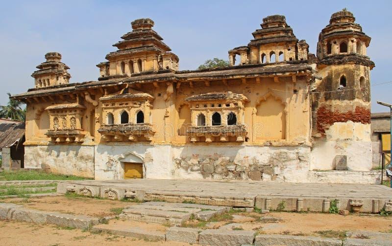 Gammal slott Gagan Mahal i Anegundi i Hampi, Karnataka, Indien royaltyfri bild
