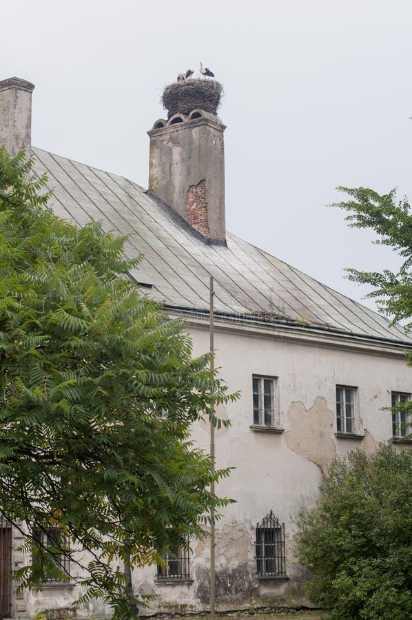 Gammal slott i liten polsk stad arkivbilder