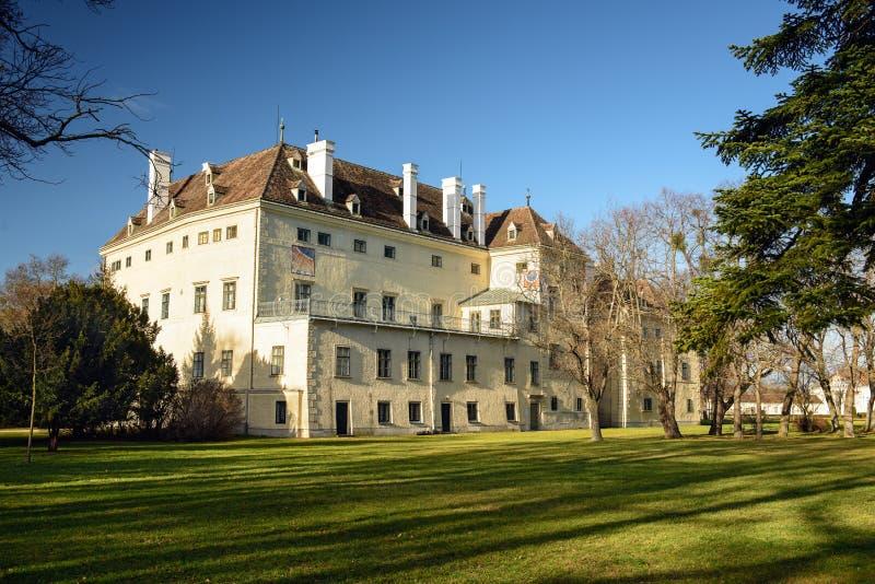 Gammal slott i parkera av Laxenburg, Austiria arkivbild