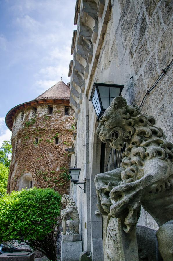 Gammal slott med lejonet fotografering för bildbyråer
