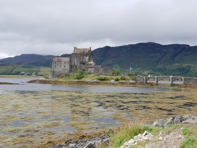 Gammal slott med stenbron i sjön royaltyfri foto