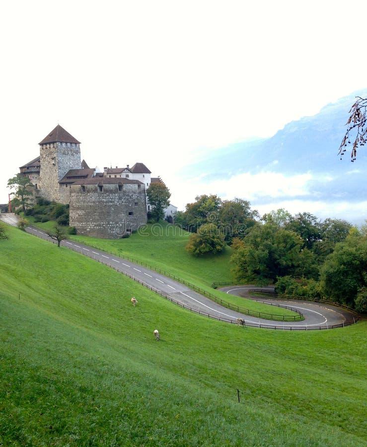Gammal slott som förbiser en by ovanför Lichtenstein royaltyfria bilder