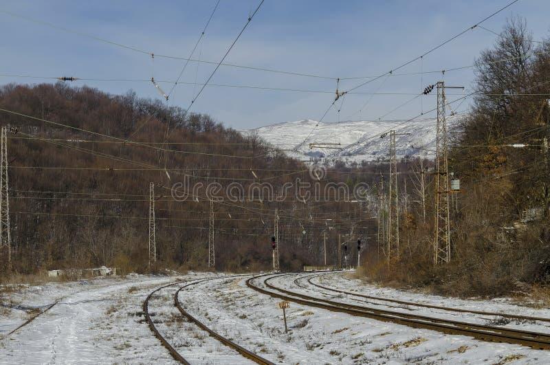 Gammal smaillstation av järnvägen och sikten i perspektivet, stad Koprivshtitsa royaltyfri fotografi