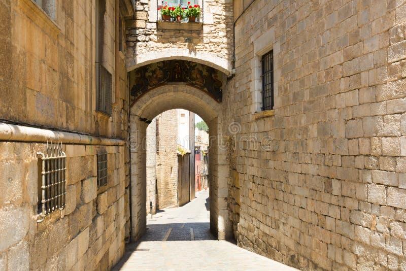 Gammal smal gata av medeltida Girona arkivfoton