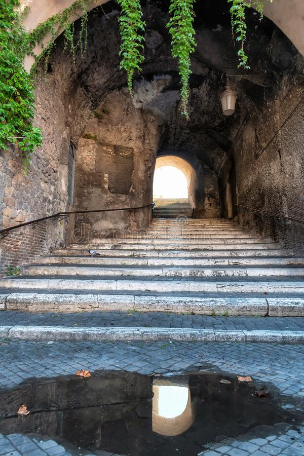 Gammal smal gata i Rome, Italien arkivbild