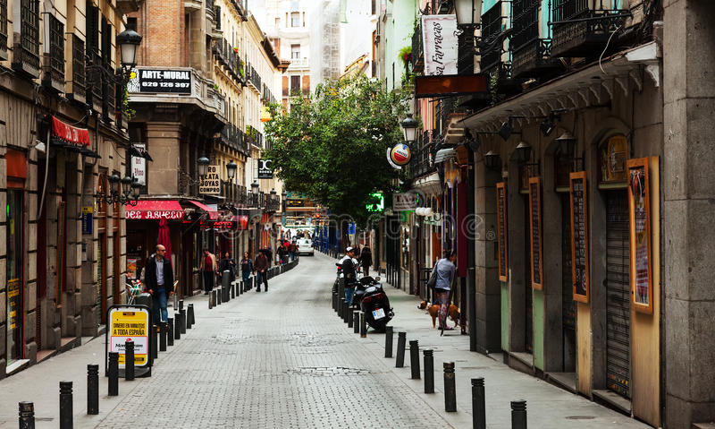 Gammal smal gata med få kafé i Madrid fotografering för bildbyråer
