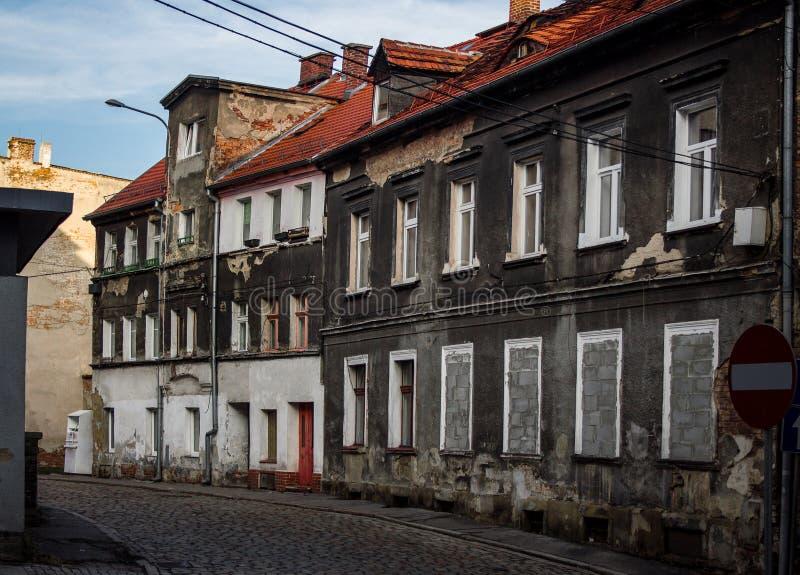 Gammal smula byggnad i Östeuropa Folk som bor i behov fotografering för bildbyråer