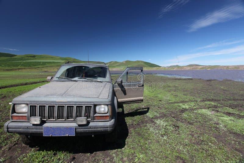 gammal smutsig jeep arkivfoton