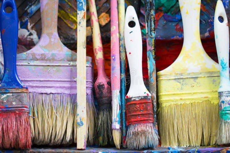 Gammal smutsig smutsig konstnärlig och för hantverkarbetsmålarpensel uppsättning som colorf royaltyfri bild