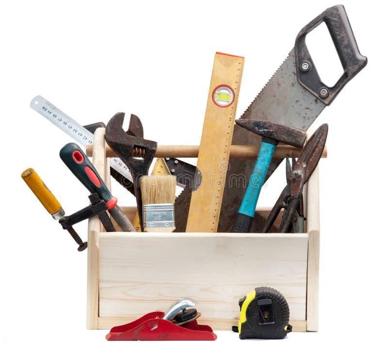 Gammal snickareWooden toolbox med hjälpmedel som isoleras på vit royaltyfri fotografi