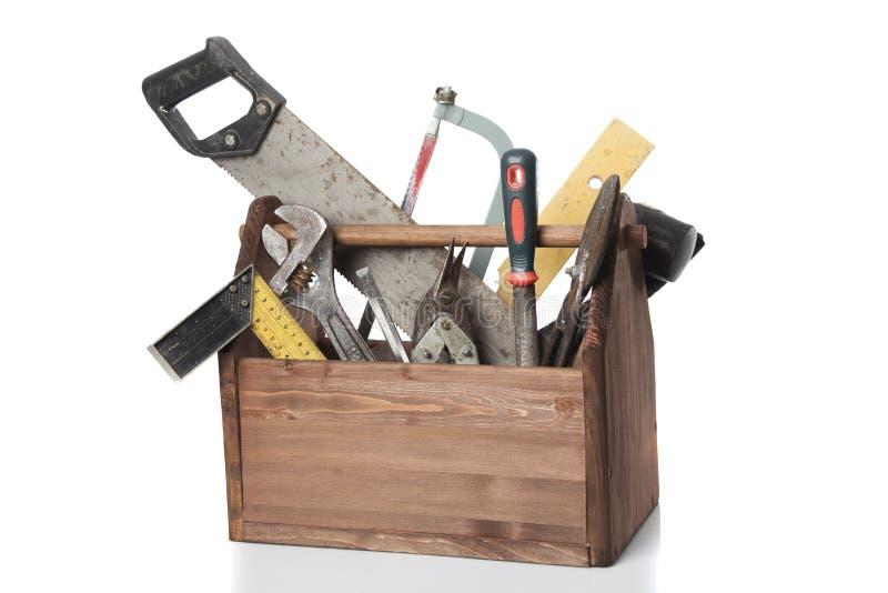 Gammal snickareWooden toolbox med hjälpmedel som isoleras på vit royaltyfri bild