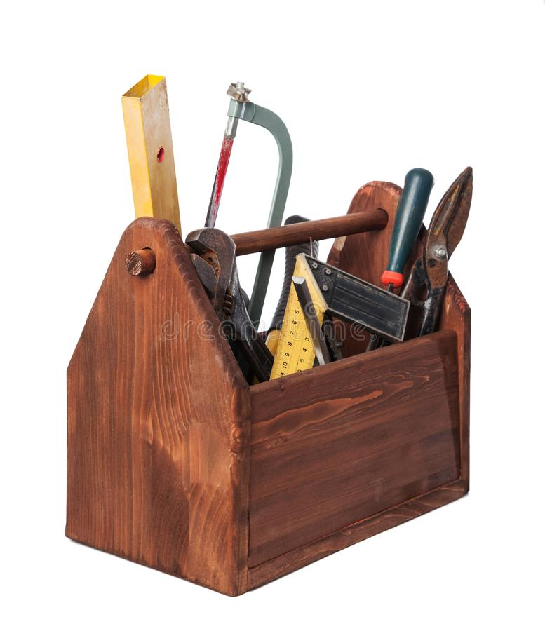Gammal snickareWooden toolbox med hjälpmedel som isoleras på vit arkivbilder