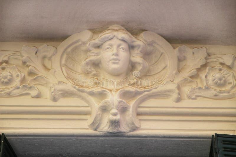Gammal sniden stenfasad i Madrid royaltyfri bild