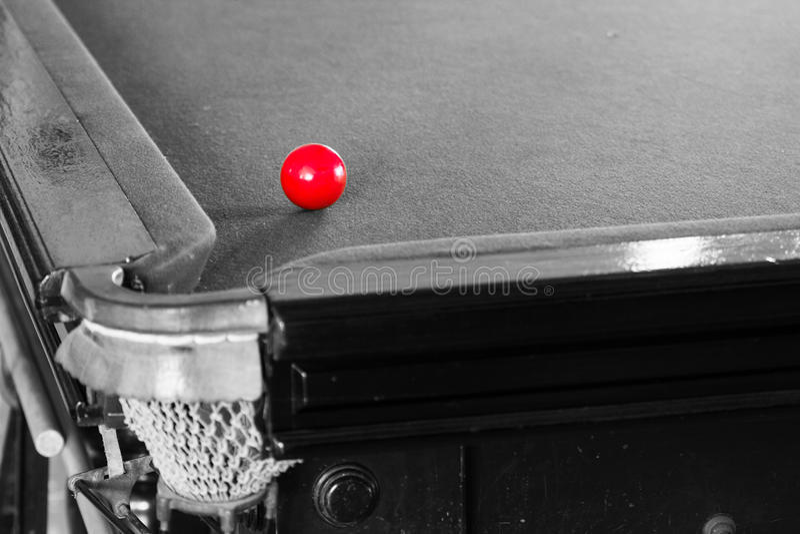Gammal snookertabell och bolluppsättning royaltyfria foton