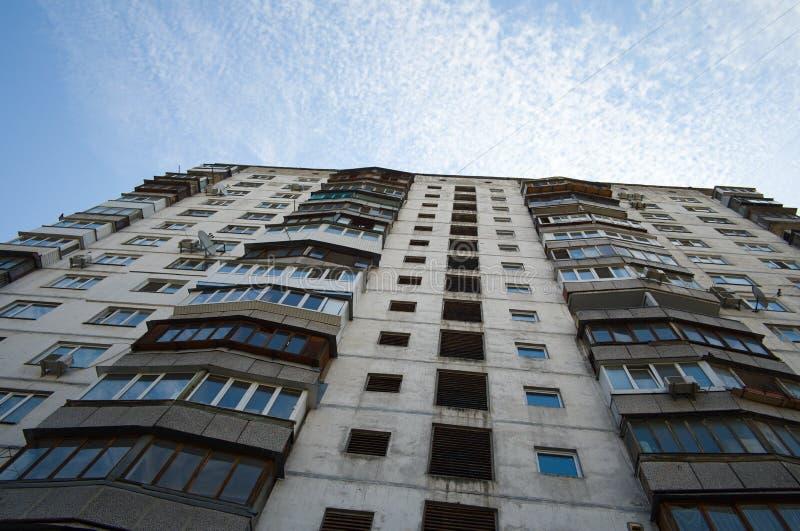Gammal sovjetisk hyreshus med kvarterlägenheter royaltyfri bild