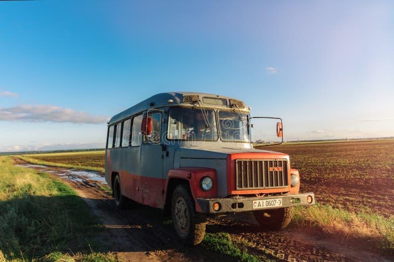 Gammal sovjetisk lastbil på en smutsig väg med pölar i fältet Dobr royaltyfri fotografi
