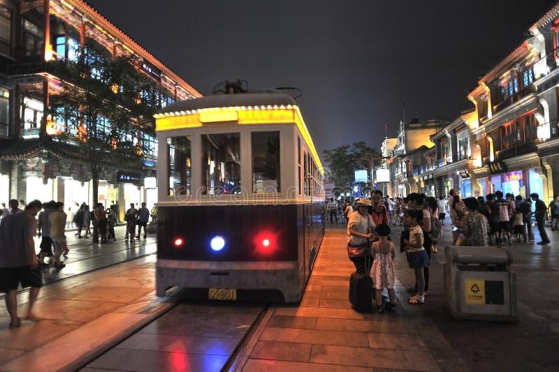 Gammal spårvagn i den Qianmen mitten Beijing Kina fotografering för bildbyråer