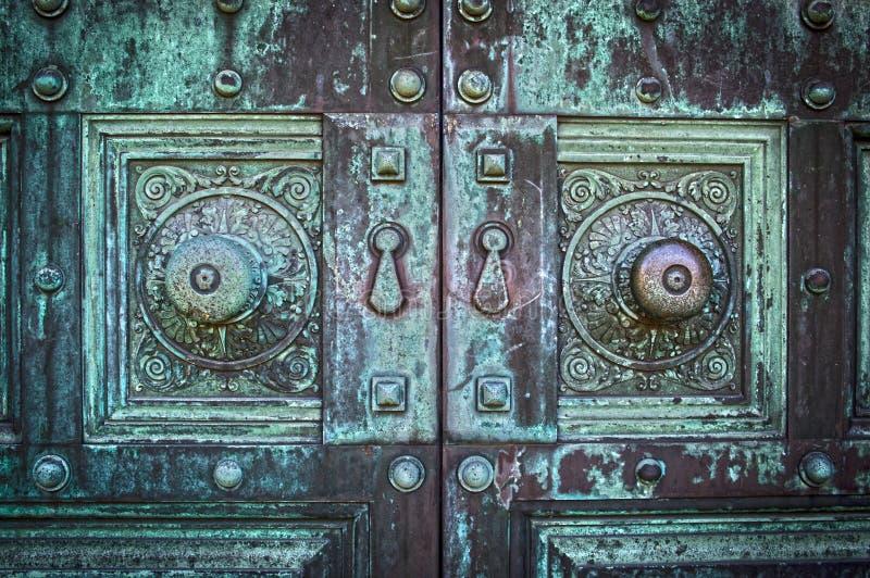 Gammal spöklik dörr royaltyfri foto