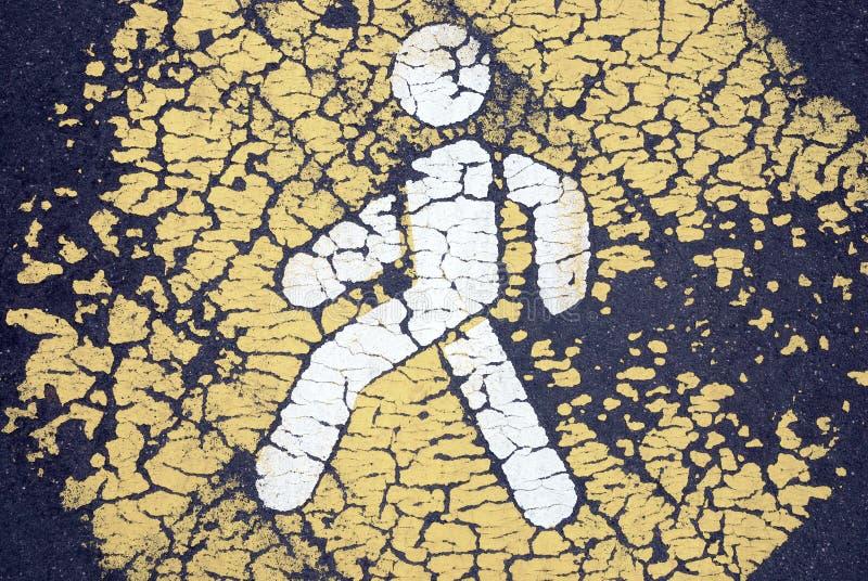 Gammal sprucken fot- symbol på den övergav vägen royaltyfri fotografi