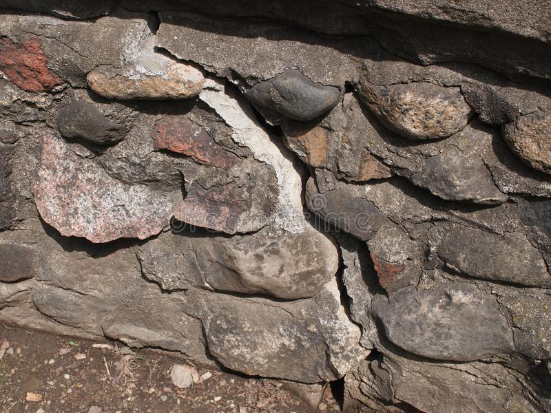 Gammal sprucken stenvägg arkivfoto
