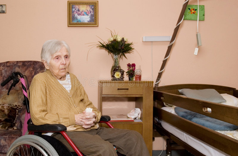 gammal ståendekvinna arkivbilder
