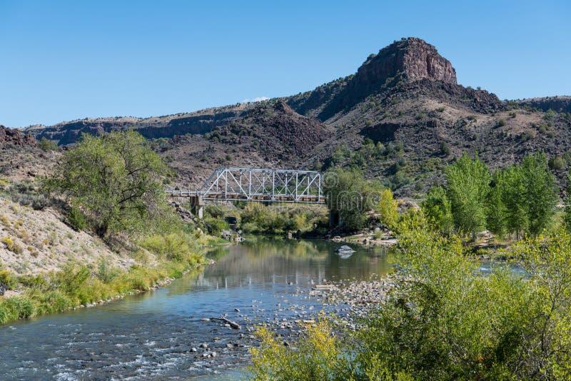 Gammal stålbro som korsar den Rio Grande floden nära Taos som är ny - Mexiko royaltyfri fotografi