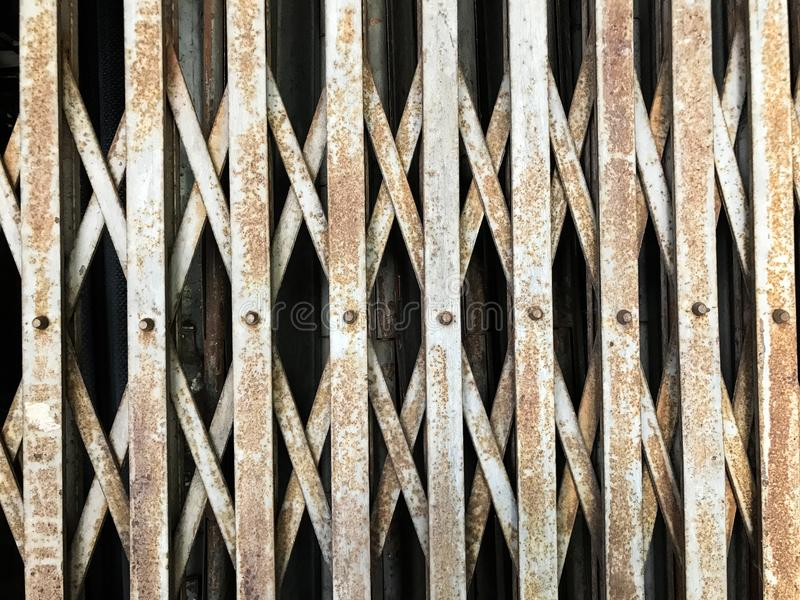 Gammal stålelasticitetsdörr arkivfoto