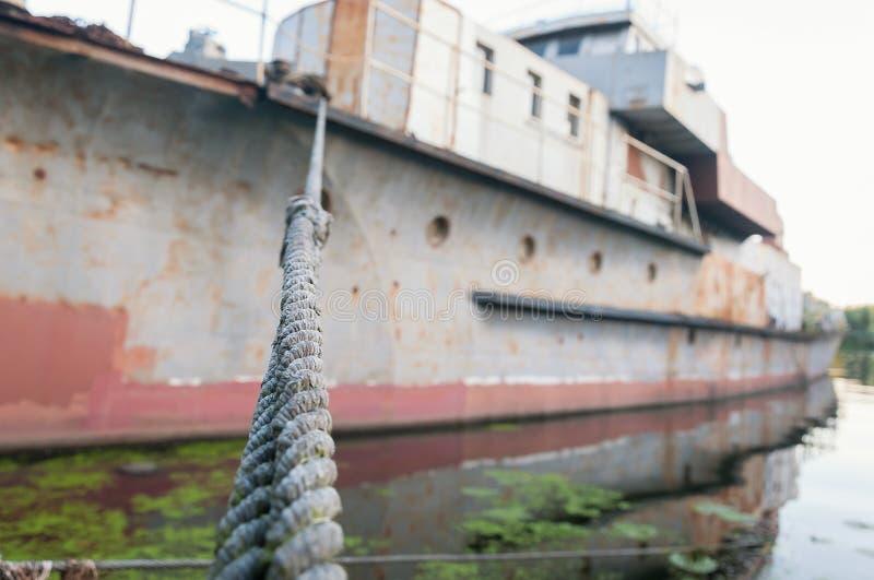 Gammal stålkabel på bakgrunden av det defocused skeppet royaltyfri foto