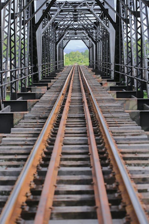 Gammal stångvägbro, stångvägkonstruktion i landet, resaväg för lopp med drevet till några var royaltyfri fotografi