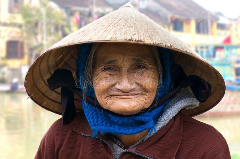 gammal ståendekvinna för hoi royaltyfri bild