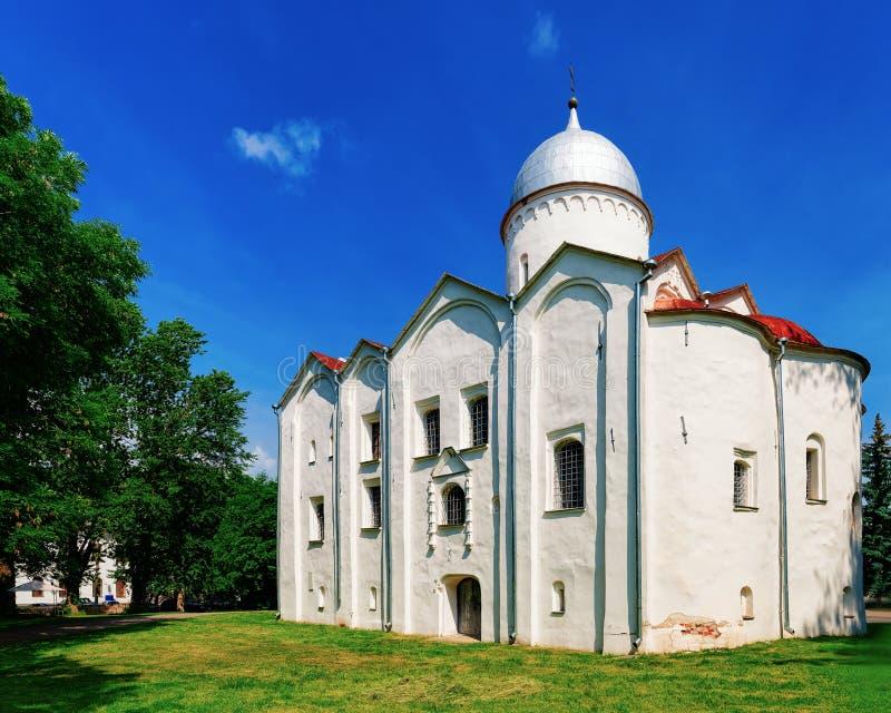 Gammal St John kyrkaYaroslavl marknadsplats i Veliky Novgorod, Ryssland royaltyfria foton