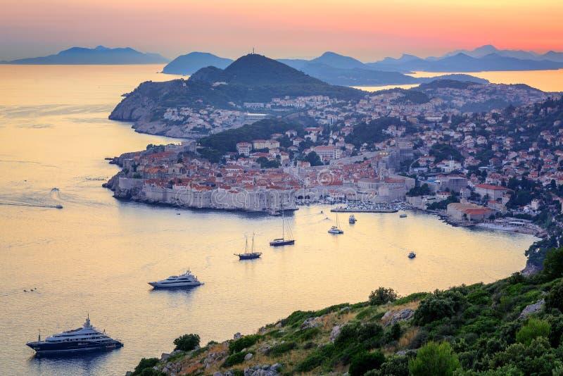 Gammal stad av Dubrovnik på solnedgången, Kroatien arkivfoton