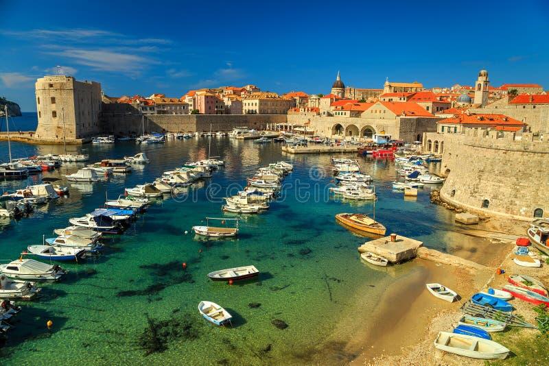 Gammal stad av Dubrovnik panorama med färgrika fartyg, Kroatien, Europa arkivbild